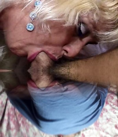 Mature mommie going deep