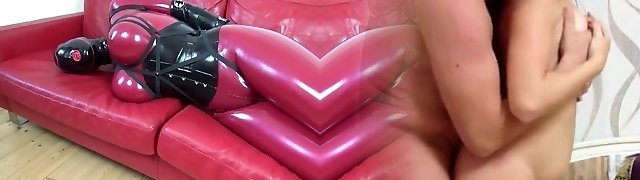 Latexdoll Die Gummipuppe bounded in Armbinder